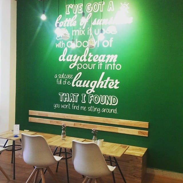 dn-8-quan-cafe-background-ton-sur-ton-don-tim-cac-tin-do-song-ao-1